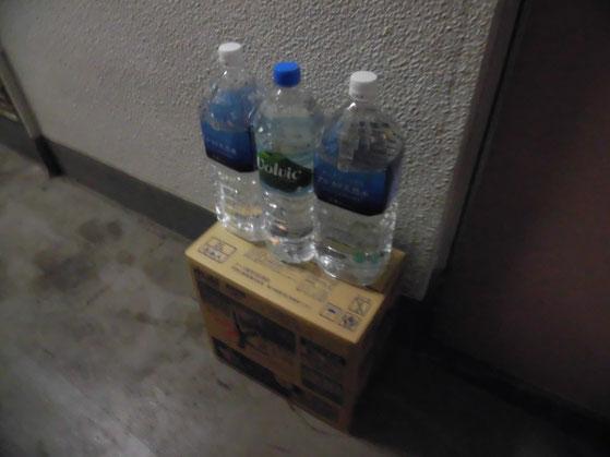 飲水とトイレの水を差し入れ