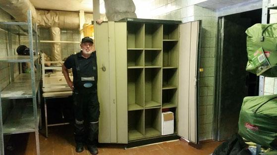 Endlich hat Jürgen einen Platz für seinen Werkzeugschrank gefunden.