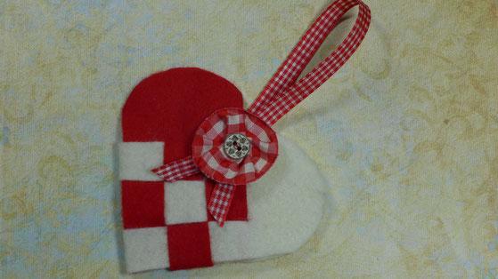 Geflochtene Herztasche aus  Filz als Geschenkverpackung - so sieht sie fertig aus