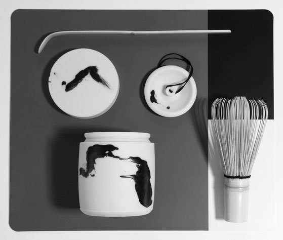 Karin Bablok | Matcha Teedose gestisch bemalt | geschlossen 10cm x 6cm