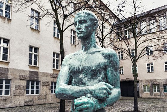 """Bronze figure """"Young man with bound hands"""" in the courtyard of the Bendlerblock  (c) www.strobgalerie.at"""