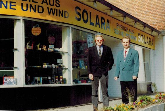 Hans Jacobs (l.) und Thomas Rudolph 1996 vor dem SOLARA Laden mit Büro und Lager in Hamburg Eimsbüttel.