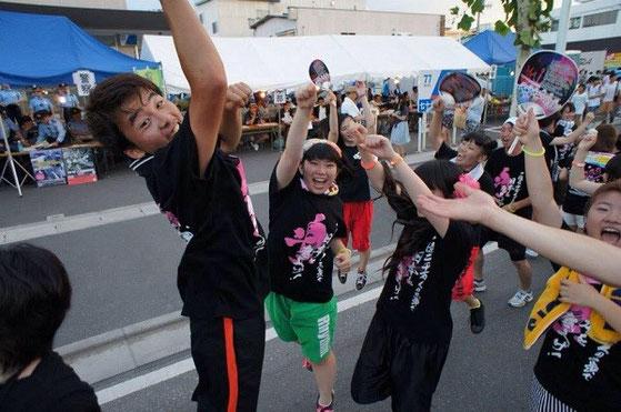 昨年2014年の夏、被災地の宮城県気仙沼市、地元のお祭りにて。一番左が中村さん
