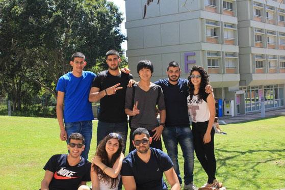 イスラエルのテルアビブ大学にて。現地の大学生と10日間一緒に生活をしました。