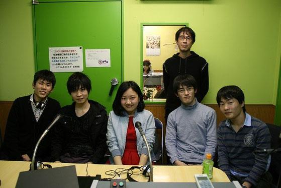 左から森口くん、舩木駿一くん(灘高校3年)、林苑芳さん(四天王寺高校3年)、高島くん、長澤くん  後ろは野口さん