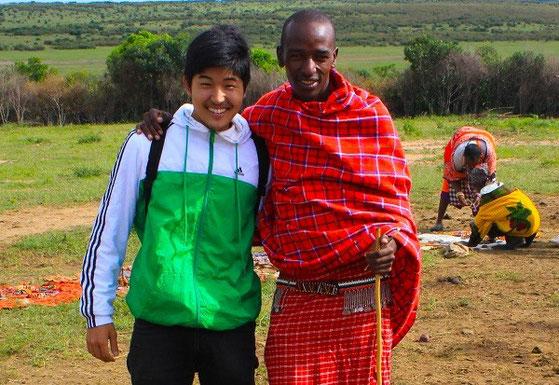 アフリカ、ケニアにいるマサイ族の青年と。彼らと話すことで「メガネ」をゲット