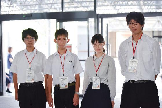 左から 伊藤嘉宏くん(2年)、蚊野佑亮くん(3年)、藤森春佳さん(3年)、福永一生くん(2年)