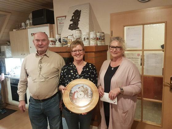 v.l.n.r: Kurt Schmidt, Gewinnerin Brigitte Ostermeier, Ulrike Moll