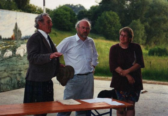 John Angus McLeod hält eine Rede anläßlich der Siegerehrung in Wickede,Günther Piepenbrock            lauscht andächtig und ich übersetze