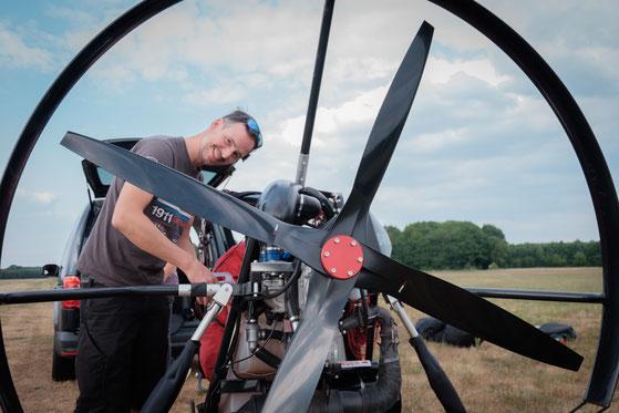 DULV Fluglehrer Björn Lürßen mit Trike im Hintergrund
