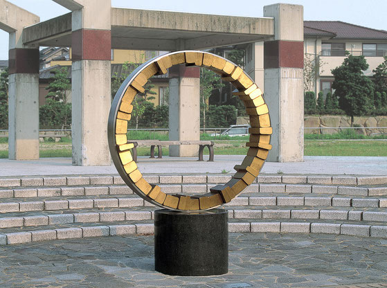 <Circle - No.10> / 1994 / stainless  steel 、brass (真鍮) / H.200x145x60 (φ145) cm       habitart展 [大賞・建設大臣賞]  / 北九州市