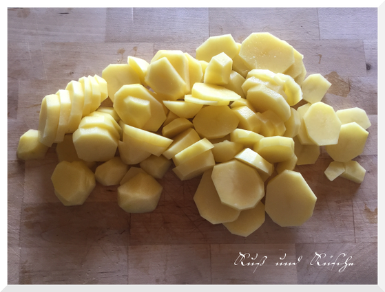 Kartoffeln schälen und in Scheiben schneiden.