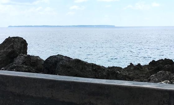 慰霊碑からは、同じく激戦地となったアンガウル島が見える。