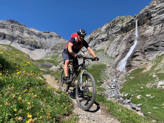 Wild und schön: Landschaft mit Wasserfall unterhalb des Mont Bovin