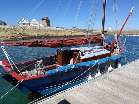 le grand bleu au ponton devant la tour Vauban vue arrière tribord