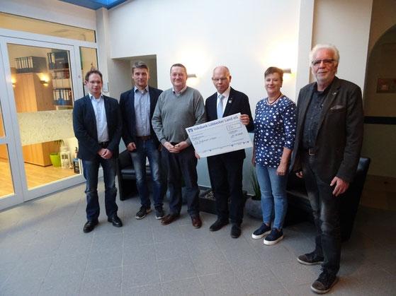 Kompaniespieß Björn Stapel, Leutnant Kai Sommer, Hauptmann Uwe Biesewinkel und Hauptmann Friedel Stapel (von links nach rechts) zusammen mit Einrichtungsleiterin Silke Schäfer und dem Vorsitzenden des Vorstandes Cornelus Siero.