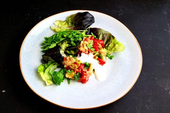 Auberginen gegrillt und gematscht, oder wie andere sagen: Auberginenkaviar auf Salat.