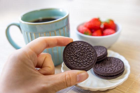 ハート形に並べられたカラフルなカップケーキ。