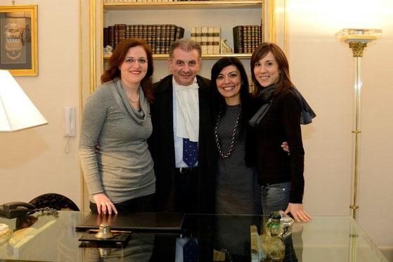 Le tre Partners dello studio.Ex  praticanti ed ora associate: l'Avv. Lucia Mirabella, la Senior Partner,in studio da 20 anni (alla sinistra del titolare);l' Avv. Daniela Zito,da 14 anni (alla destra); l'Avv. Arianna Pagliazzo, da 12 anni .