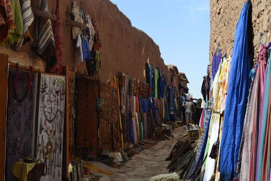 In den schattigen Straßen der Kasbah bauen Händler ihre Stände auf