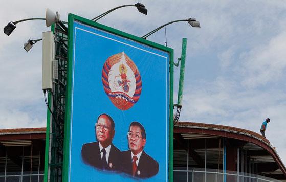 Panneau d'affichage avec des portraits du Premier ministre cambodgien Hun Sen  et du président de l'Assemblée nationale Heng Samrin à Phnom Penh, au Cambodge, le 30 juillet 2018. / Mak Remissa / EPA /MaxPPP