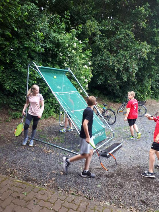 Rundlauf-Training an der Tri-tennis-Ballwand