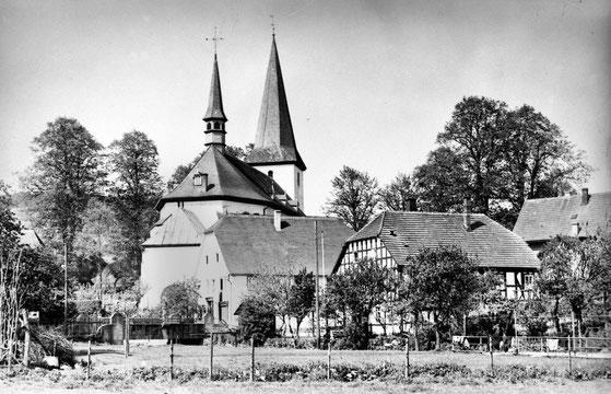 Die Pfarrkirche im Dorfkern von Eslohe, im Vordergrund das Papehaus, ehemals Küsterhaus