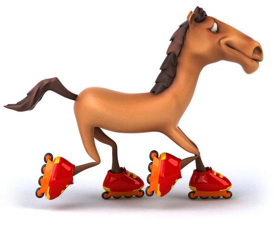 Braunes Pferd, das sich lächelnd auf vier roten Rollerblades fortbewegt