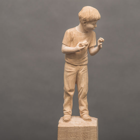Junge aus Lindenholz mit Apfel, 18cm, Rohzustand