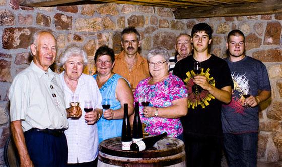 Alle Generationen im Weinprobierkeller.