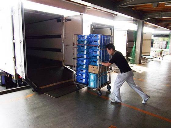 配送センター積み込み作業