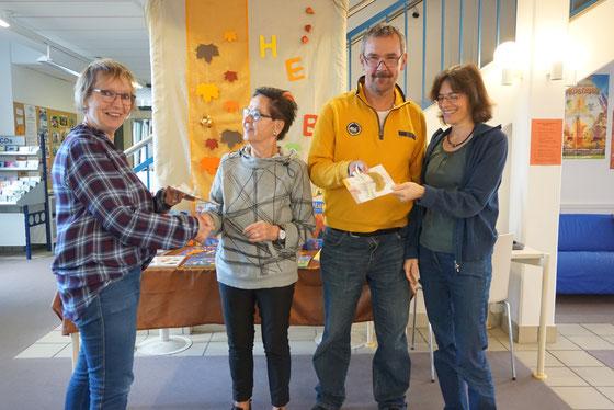 Eva-Maria Wühr von der Villa Kunterbunt (links) und Sonja Fritz von der Gemeindebücherei (rechts) gratulieren den beiden Lesepaten Marlies Bätzing und Alfred Kranz
