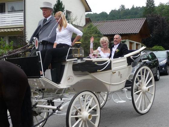 Hochzeitskutschfahrt in einer stilechter Schiffslandauer Kutsche