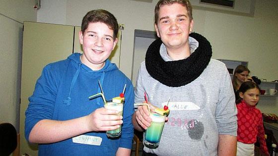 Lennart und Kalle haben sich einen Blue Motion gemixt. Beiden schmeckt der neue Cocktail lecker.