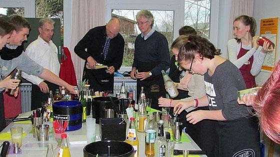 Barkeeper Christian Brannath (3.v.li.) zeigt Dr Harry Stossun (4.v.li.) und Henning Nitz (5.v.li.), wie sie genau wie die Jugendlichen einen Blue Motion mixen können. Fotos: hfr