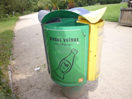 BSR-Wertstoff-Sammeltonne Glas/Flaschen im Botanischen Garten, Berlin