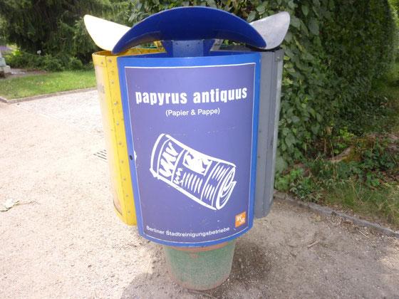 BSR-Wertstoff-Sammeltonne Papier & Pappe im Botanischen Garten, Berlin