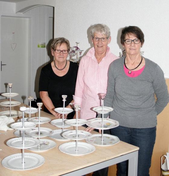 Drei stolze Schwestern mit ihren Werken. (Foto verwendet mit freundlicher Genehmigung der Kursteilnehmerinnen)