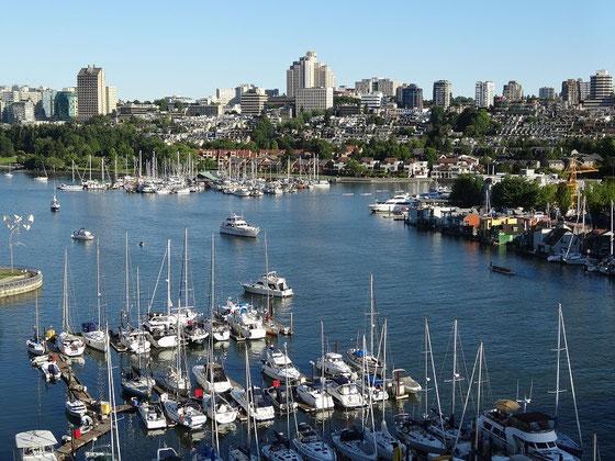 Blick über zahlreiche Boote in Richtung von Vancouver Stadtteil Fairview.