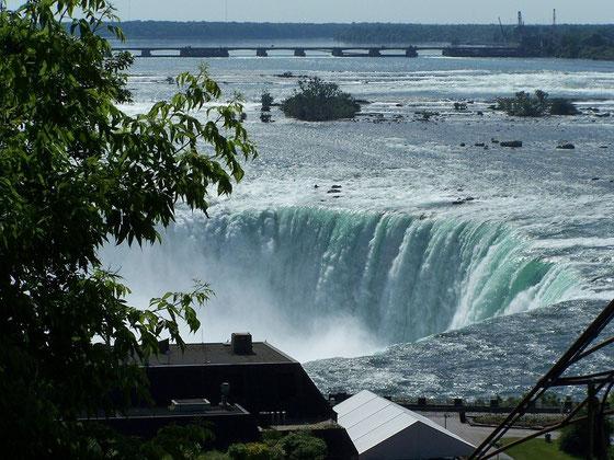 Niagara Falls: Erhöhte Ansicht der Niagar-Fälle, diesmal sogar bei ansehnlichem Wetter.