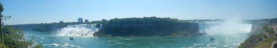 Niagara Falls: Panorama mit den amerikanischen und den kanadischen Niagara-Fällen.
