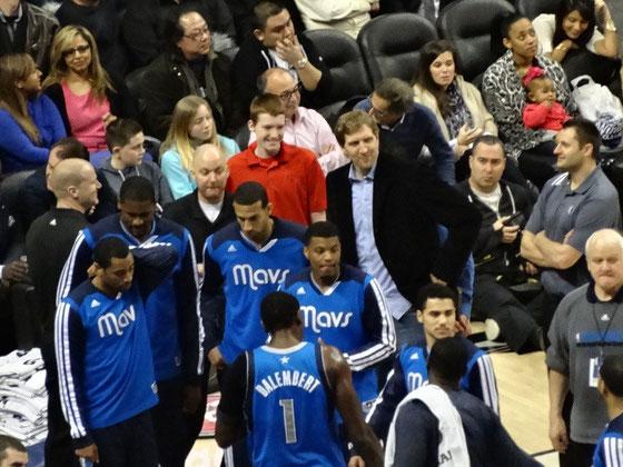 Suchbild mit NBA-Star: Dirk Nowitzki gab den Dallas Mavericks in Toronto nur moralische Unterstützung.