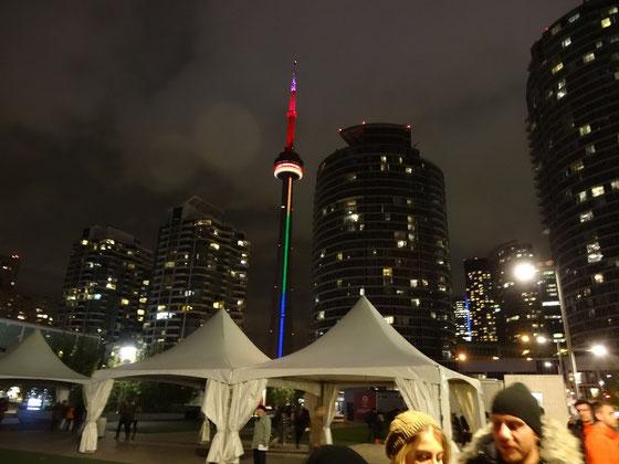 Torontos CN Tower in prächtigen Farben während der Nuit Blanche 2015.