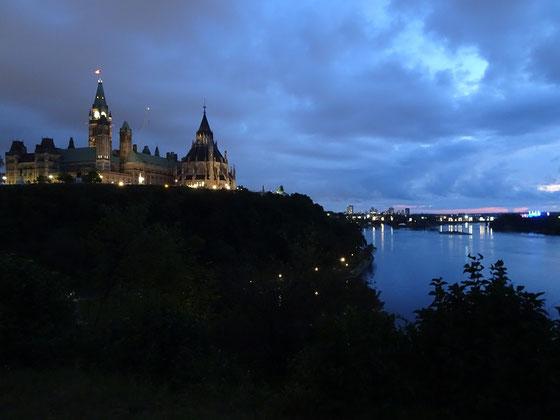 Urlaub in Ottawa: Abendstimmung am Parliament Hill und auf dem Ottawa River.