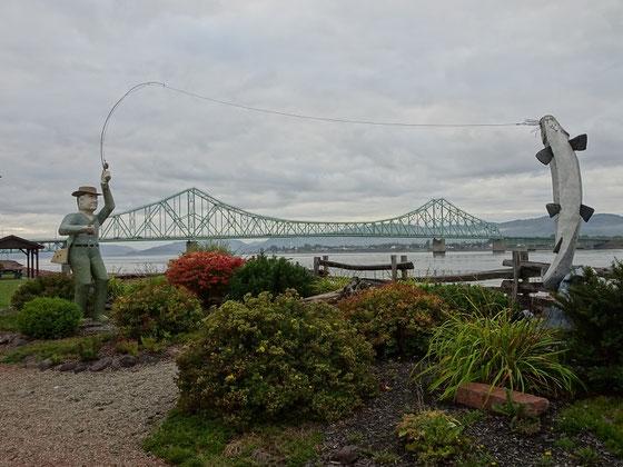 Urlaub in New Brunswick: Überlebensgrosse Angelszene nahe der Mündung des Restigouche Rivers in Campbellton. Im Hintergrund erkennt man die Brücke nach Quebec.