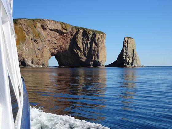 Urlaub in Quebec: Blick vom Tourboot auf den Rocher Percé.