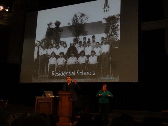 CBC-Moderator Wab Kinew machte in Toronto Station für einen beeindruckenden Vortrag über indianische Kultur und das bedrückende Erbe der Residential Schools.