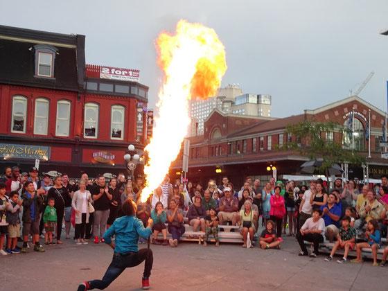 Urlaub in Ottawa: Ein Gaukler speit Feuer während einer Vorstellung auf dem ByWard Market.