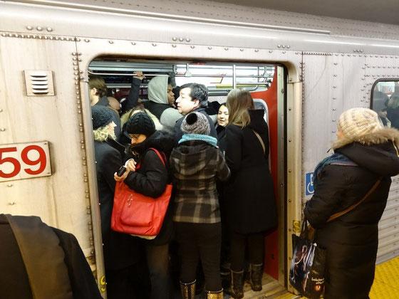 """U-Bahn fahren in Toronto. In der Rush Hour helfen dem Stationsvorsteher manchmal nur Humor & Geduld: """"Wenn Sie nicht völlig in den Zug reinpassen, steigen Sie doch bitte wieder aus."""""""
