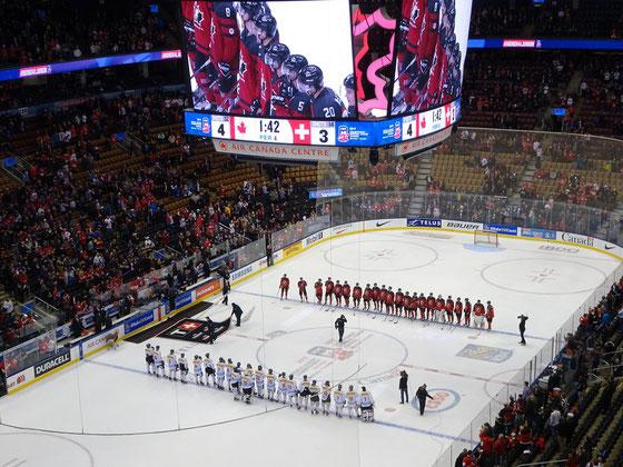 Eishockey: Die Junioren-Teams von Kanada und der Schweiz spielten in Torontos Air Canada Centre gegeneinander.